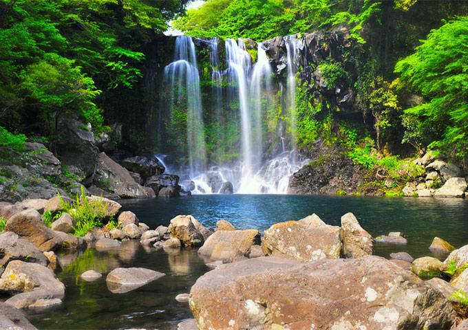 Vé máy bay đi Hàn Quốc khám phá thác Cheonjeyeon, đảo Jeju