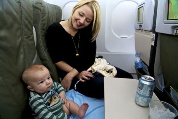 Trẻ em dưới 2 tuổi có phải mua vé máy bay không